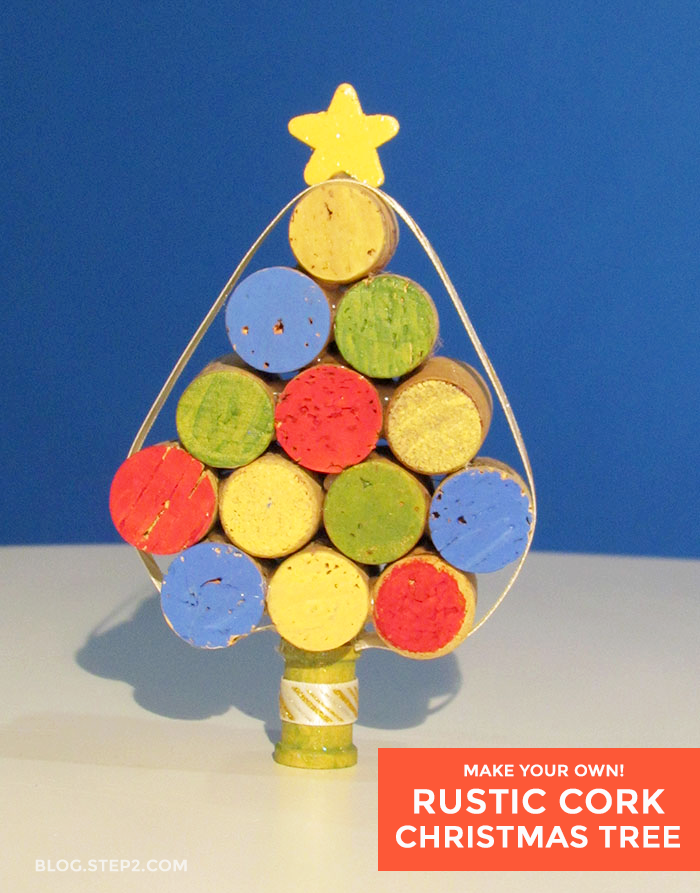 Make a Christmas tree out of corks for a fun Christmas DIY. Great for holiday decor. Crafts and more for FriDIY on the Step2 Blog.
