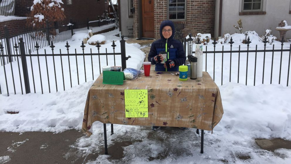 ht_hot_cocoa_stand02_lb_150303_16x9_992